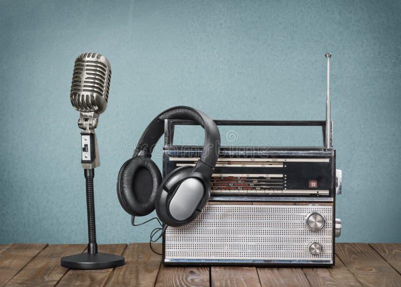 Αναδρομικό μικρόφωνο ύφους, παλαιά ραδιόφωνο και ακουστικά στοκ εικόνες με δικαίωμα ελεύθερης χρήσης