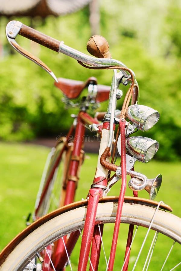 Αναδρομικό ποδήλατο σε ένα πάρκο στοκ φωτογραφία