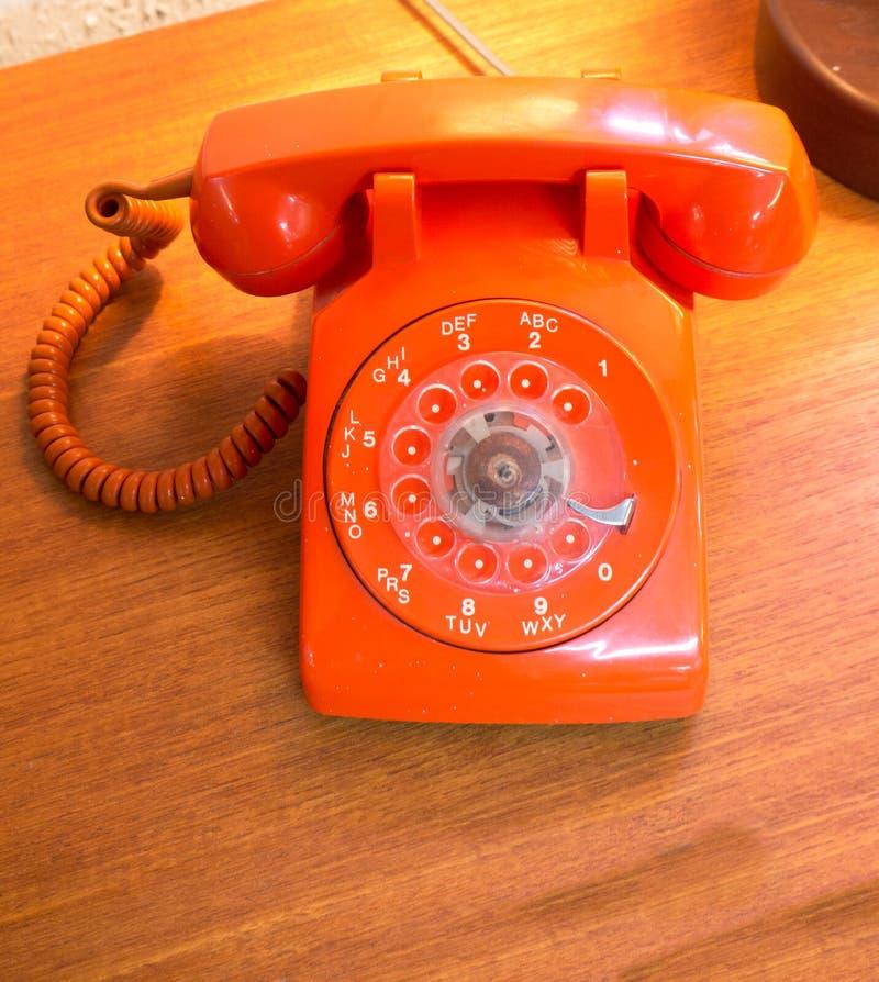 Αναδρομικό πορτοκαλί περιστροφικό τηλέφωνο πινάκων. στοκ φωτογραφία