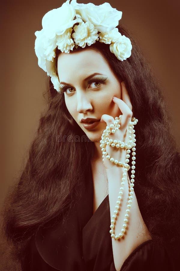 Αναδρομικό πορτρέτο μιας όμορφης γυναίκας. Εκλεκτής ποιότητας ύφος. στοκ φωτογραφία