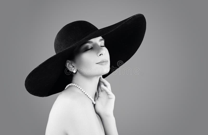 Αναδρομικό πορτρέτο μόδας της κομψής γυναίκας, γραπτό στοκ εικόνες