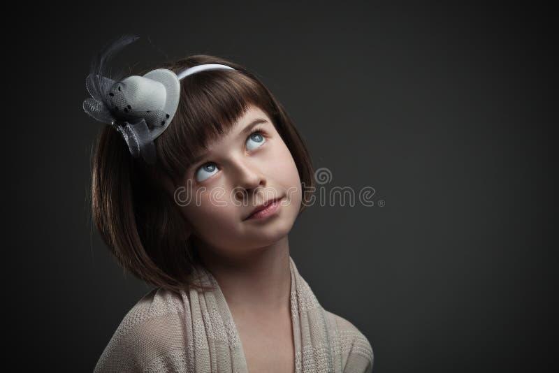 Αναδρομικό πορτρέτο του κομψού μικρού κοριτσιού στοκ φωτογραφία με δικαίωμα ελεύθερης χρήσης