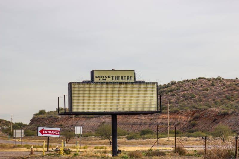 Αναδρομικό Drive στο σημάδι σκηνών θεάτρων στοκ φωτογραφία