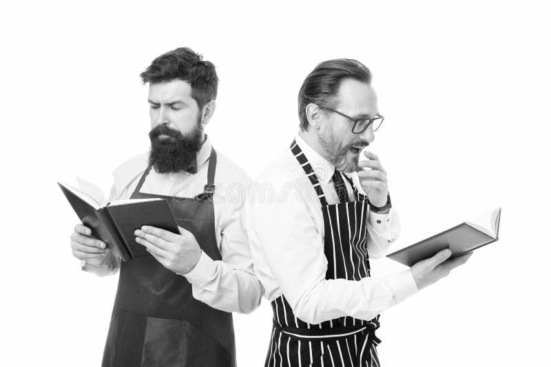 Αναζήτηση καλύτερης συνταγής Βελτίωση της δεξιότητας στη μαγειρική Συνταγές βιβλίων Σύμφωνα με τη συνταγή Ανδρικοί γενειοφόροι σε στοκ φωτογραφίες με δικαίωμα ελεύθερης χρήσης