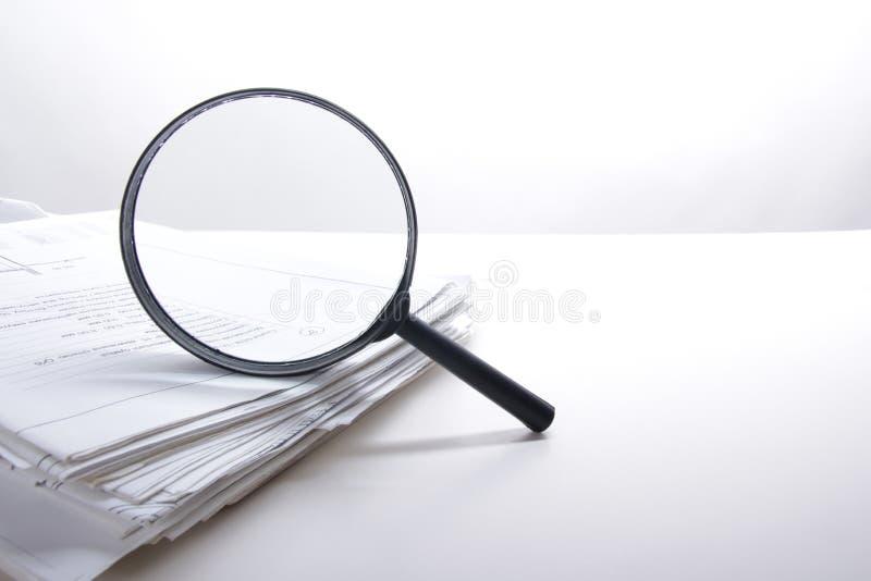 Αναζήτηση με την ενίσχυση - γυαλί, που ψάχνει τις πληροφορίες στα βιβλία, σχεδιαγράμματα, περιοδικά Επιθεώρηση λογιστικού ελέγχου στοκ φωτογραφίες με δικαίωμα ελεύθερης χρήσης