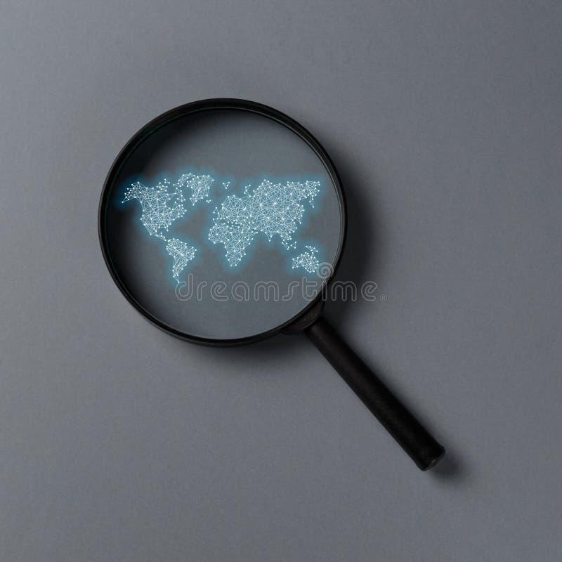 Αναζήτηση πληροφοριών έννοιας Ενίσχυση - γυαλί με το διεθνή χάρτη απεικόνιση αποθεμάτων