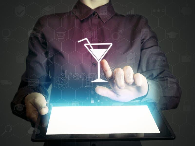 Αναζήτηση της ψυχαγωγίας, εστιατόρια, λέσχες, καφέδες, μέσω του Διαδικτύου στοκ φωτογραφία