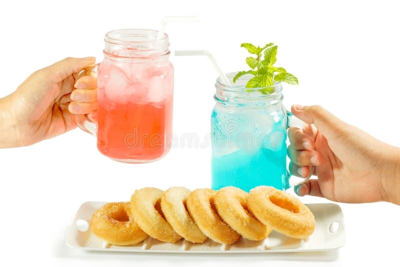 Αναζωογονώντας θερινά ποτά στο βάζο στοκ εικόνα