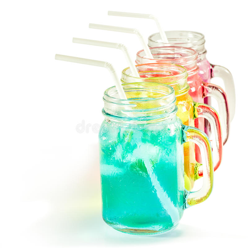 Αναζωογονώντας θερινά ποτά στο βάζο στοκ φωτογραφία