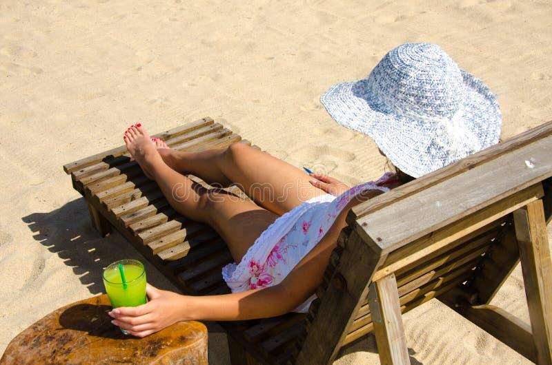 Αναζωογονώντας κοκτέιλ στην παραλία στη Μπελίζ - αναψυχή στον τροπικό προορισμό για τις διακοπές - ακτή παραδείσου στοκ φωτογραφία με δικαίωμα ελεύθερης χρήσης