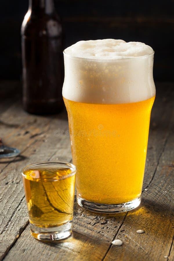 Αναζωογονώντας μπύρα και πυροβοληθε'ν ουίσκυ Boilermaker στοκ φωτογραφίες με δικαίωμα ελεύθερης χρήσης
