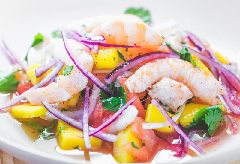 Αναζωογονώντας πιάτο των ψαριών που μαρινάρεται στο χυμό εσπεριδοειδών στοκ εικόνες