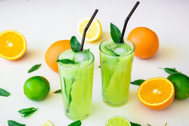 Αναζωογονώντας ποτό αγγουριών με τους ασβέστες και τα λεμόνια Φυσικά ποτά στοκ φωτογραφία με δικαίωμα ελεύθερης χρήσης