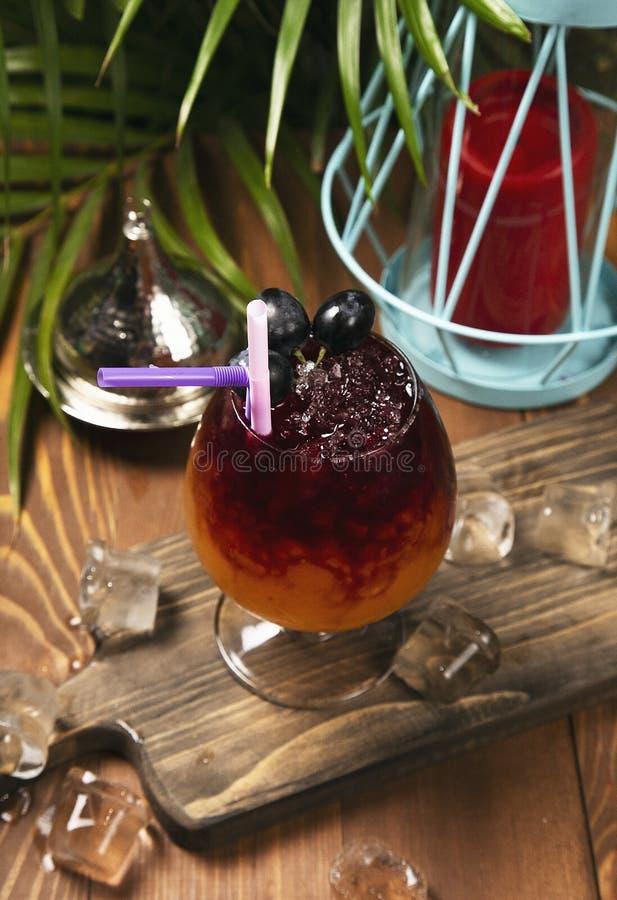 Αναζωογονώντας ποτό κόκκινων σταφυλιών στο γυαλί στοκ εικόνα