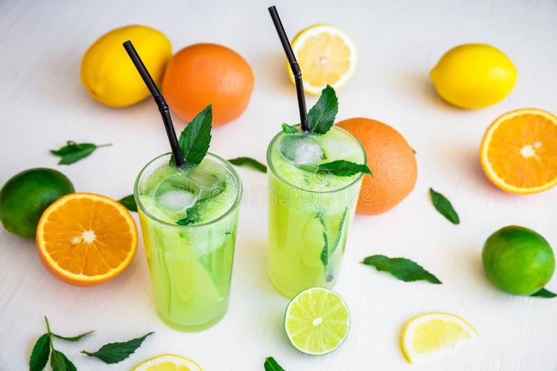 Αναζωογονώντας ποτό με το αγγούρι, τους ασβέστες και το πορτοκάλι Κοκτέιλ θερινών φρούτων στοκ φωτογραφία με δικαίωμα ελεύθερης χρήσης