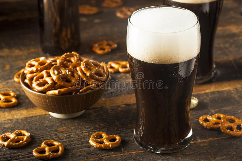 Αναζωογονώντας σκοτεινή μπύρα δυνατής μπύρας στοκ εικόνες