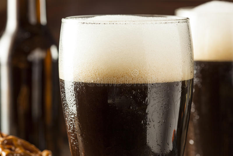 Αναζωογονώντας σκοτεινή μπύρα δυνατής μπύρας στοκ εικόνες με δικαίωμα ελεύθερης χρήσης