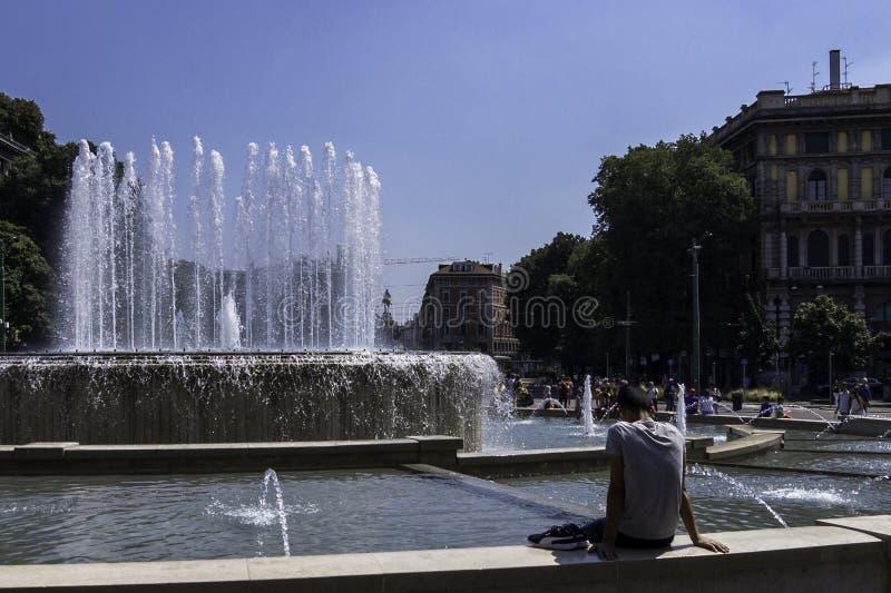 Αναζωογονώντας στην πηγή της πλατείας Castello, Μιλάνο, Ιταλία στοκ εικόνα