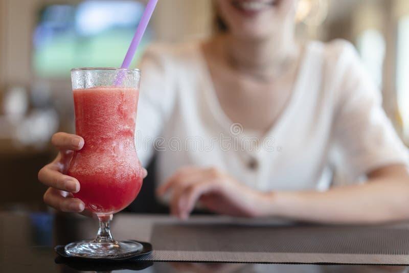 Αναζωογονώντας το κρύο καλοκαίρι πιείτε το χυμό καρπουζιών gla εκμετάλλευσης γυναικών στοκ εικόνες με δικαίωμα ελεύθερης χρήσης