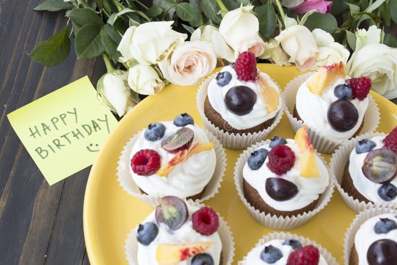 Αναζωογονώντας φρούτα Cupcakes με στοκ φωτογραφίες