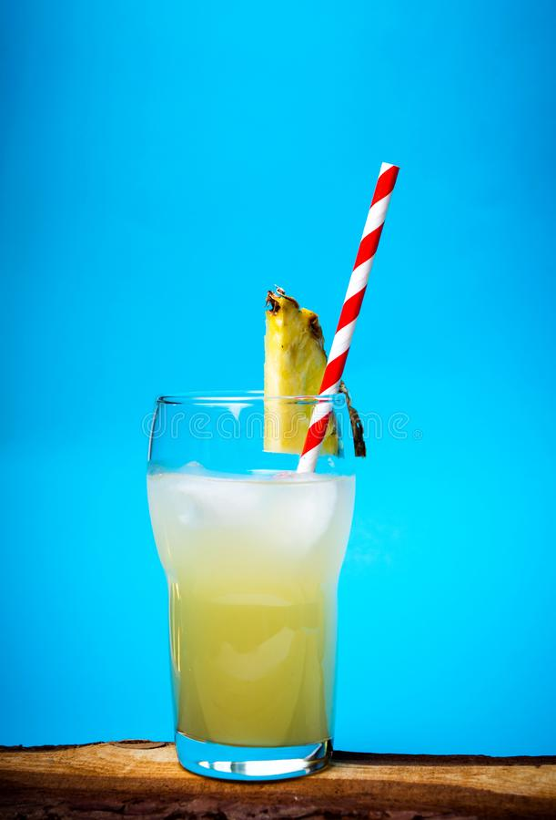 Αναζωογονώντας χυμός ανανά στο διακοσμημένο γυαλί στοκ εικόνα με δικαίωμα ελεύθερης χρήσης