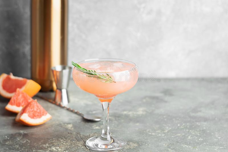 Αναζωογονώντας χυμός δεντρολιβάνου σαμπάνιας γκρέιπφρουτ θερινών κοκτέιλ goblets γυαλιού σε ένα ανοικτό γκρι συγκεκριμένο υπόβαθρ στοκ φωτογραφία