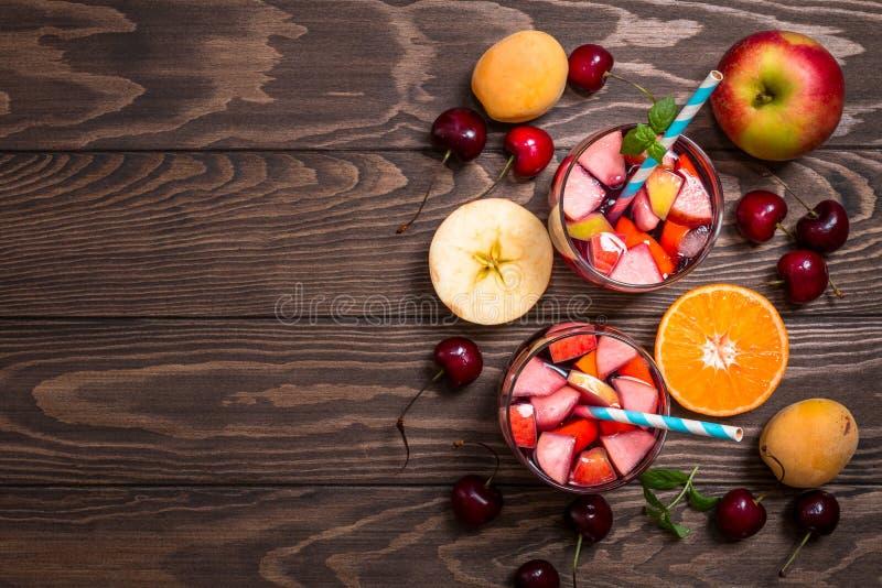 Αναζωογονώντας sangria ή διάτρηση με τα φρούτα στοκ φωτογραφία