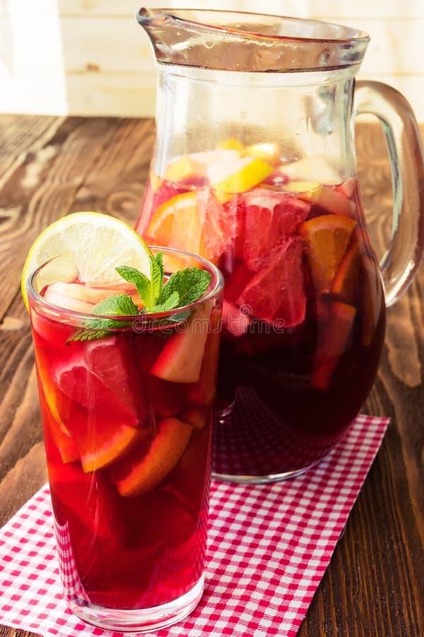 Αναζωογονώντας sangria (διάτρηση) με τα φρούτα στοκ εικόνα με δικαίωμα ελεύθερης χρήσης