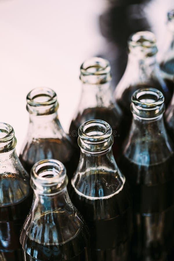 Αναζωογόνηση της καφετιάς σόδας στα μπουκάλια στο φραγμό καραμελών στον πίνακα στοκ εικόνες με δικαίωμα ελεύθερης χρήσης
