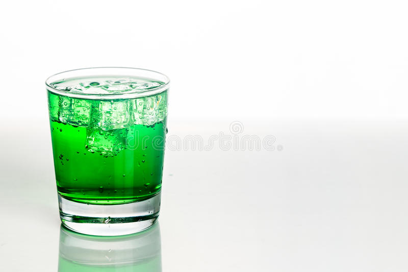 Αναζωογόνηση του πράσινου αφρώδους μη αλκοολούχου ποτού με τον πάγο στο διαφανές γυαλί στοκ εικόνες με δικαίωμα ελεύθερης χρήσης