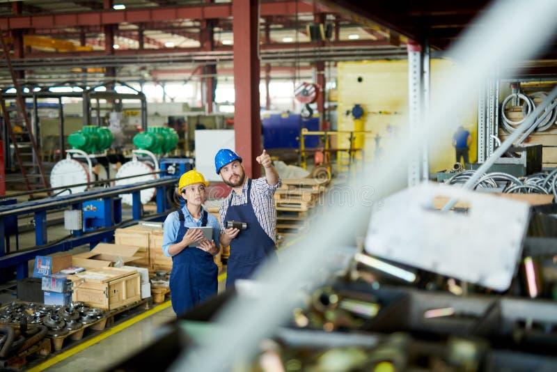 Αναθεώρηση αποθεμάτων στην αποθήκη εμπορευμάτων στοκ εικόνες