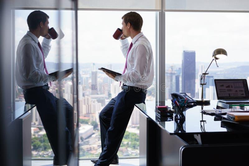 Αναθεώρηση Τύπου ειδήσεων ανάγνωσης προσώπων στο PC ταμπλετών στην αρχή στοκ φωτογραφία με δικαίωμα ελεύθερης χρήσης
