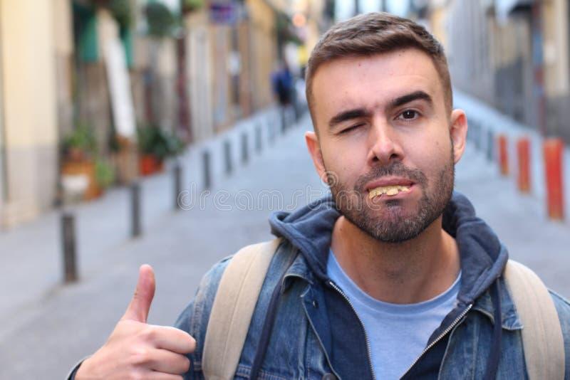 Αναιδές άσχημο άτομο με το σάπιο δόσιμο δοντιών αντίχειρες επάνω στοκ εικόνα