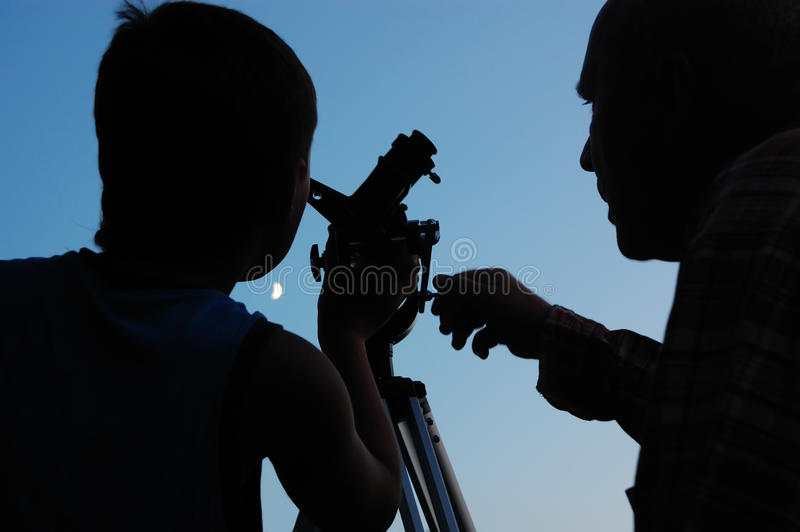 ανακάλυψη του τηλεσκοπίου οικογενειακών φεγγαριών στοκ εικόνες