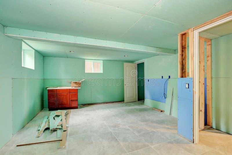Ανακαίνιση υπογείων Πράσινοι τοίχοι μεντών και πάτωμα κεραμιδιών στοκ εικόνα με δικαίωμα ελεύθερης χρήσης