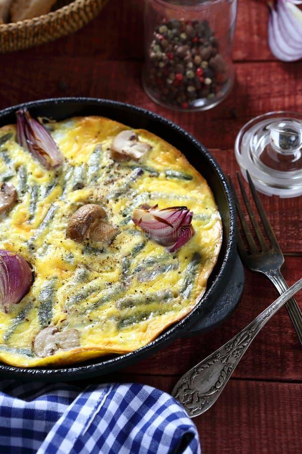 Ανακατωμένα αυγά με τα μανιτάρια και τα κρεμμύδια στοκ εικόνες με δικαίωμα ελεύθερης χρήσης