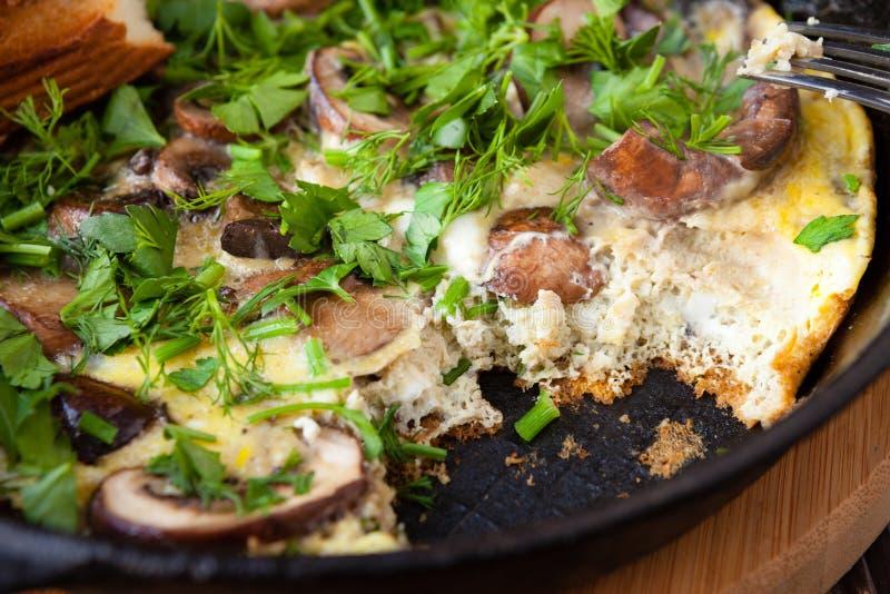Ανακατωμένα αυγά με τα μανιτάρια και τα πράσινα στοκ φωτογραφία με δικαίωμα ελεύθερης χρήσης