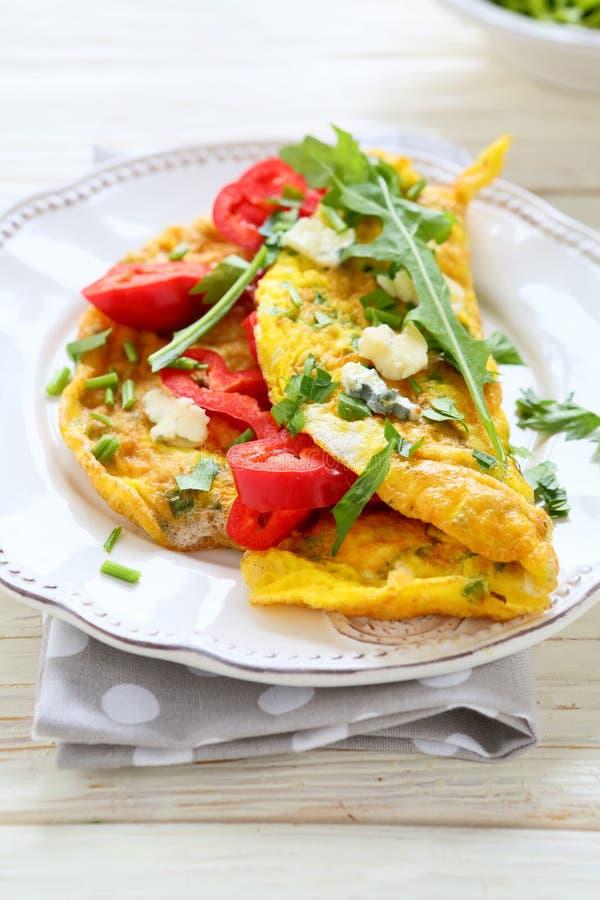 Ανακατωμένα αυγά με την πάπρικα και το μπλε τυρί στοκ φωτογραφίες