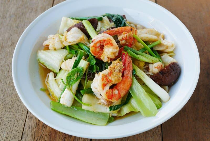 Ανακατώνω-τηγανισμένα μικτά λαχανικά με τη σάλτσα στρειδιών στοκ εικόνες