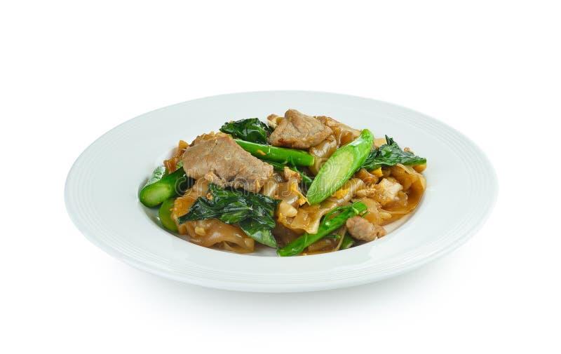 Ανακατώνω-τηγανισμένα νουντλς με το χοιρινό κρέας και το κινεζικό μπρόκολο στοκ εικόνες με δικαίωμα ελεύθερης χρήσης