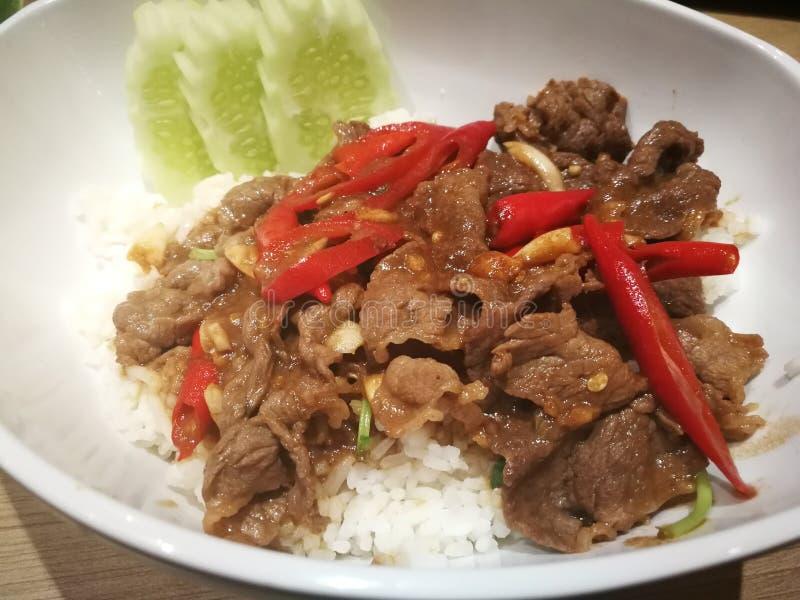 Ανακατώνω-τηγανισμένη οσφυϊκή χώρα λουρίδων βόειου κρέατος και πικάντικος Ταϊλανδικό παραδοσιακό ύφος τροφίμων στοκ φωτογραφία