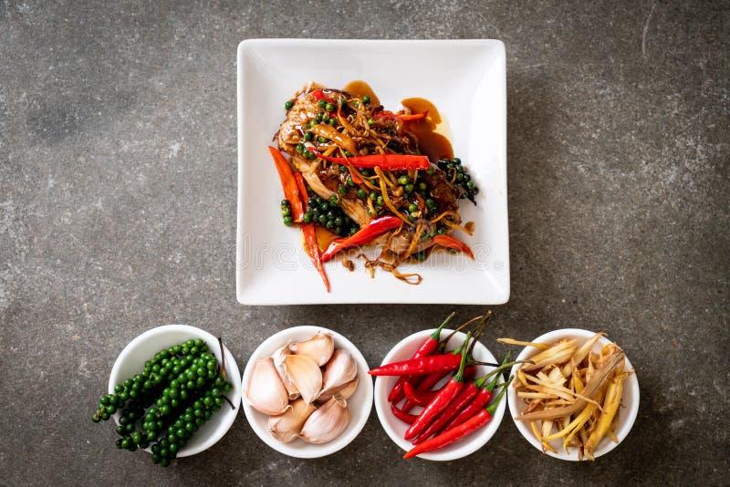 ανακατώνω-τηγανισμένοι πικάντικος και χορτάρι με grouper τη λωρίδα ψαριών στοκ φωτογραφίες με δικαίωμα ελεύθερης χρήσης