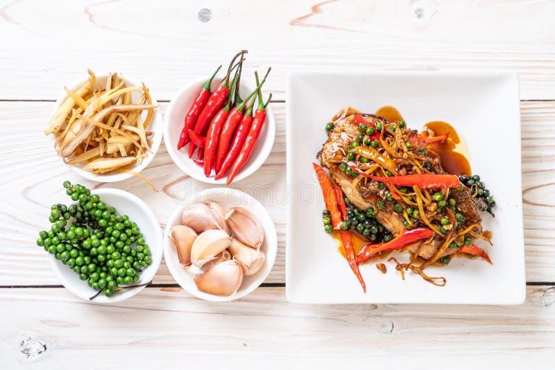 ανακατώνω-τηγανισμένοι πικάντικος και χορτάρι με grouper τη λωρίδα ψαριών στοκ εικόνα