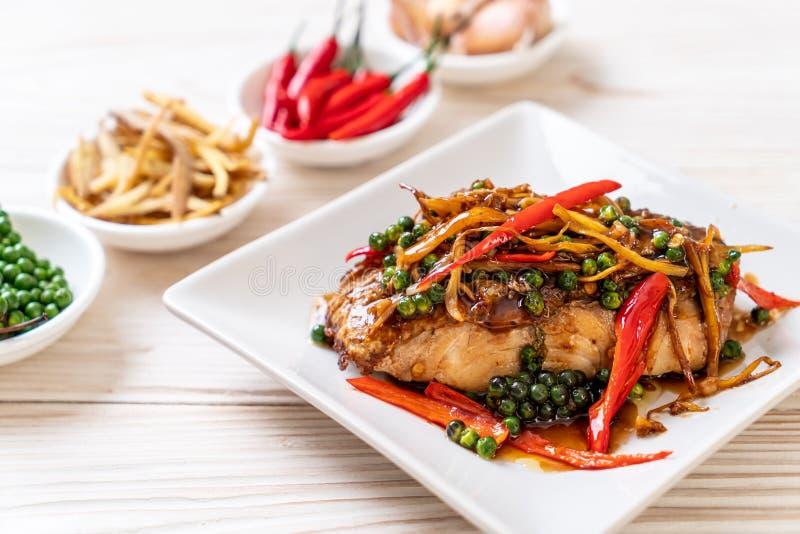 ανακατώνω-τηγανισμένοι πικάντικος και χορτάρι με grouper τη λωρίδα ψαριών στοκ φωτογραφία