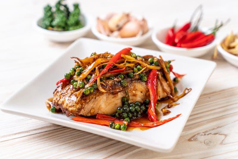 ανακατώνω-τηγανισμένοι πικάντικος και χορτάρι με grouper τη λωρίδα ψαριών στοκ φωτογραφίες