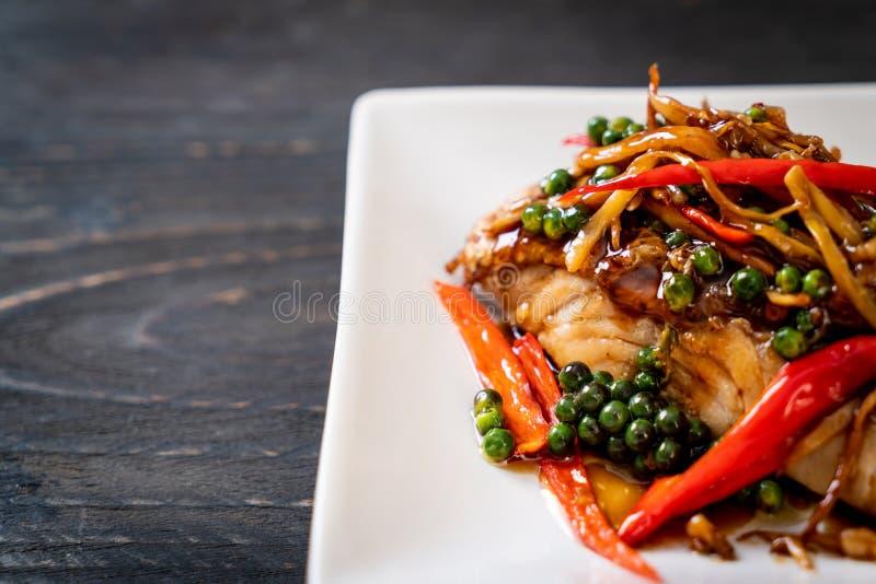 ανακατώνω-τηγανισμένοι πικάντικος και χορτάρι με grouper τη λωρίδα ψαριών στοκ εικόνες