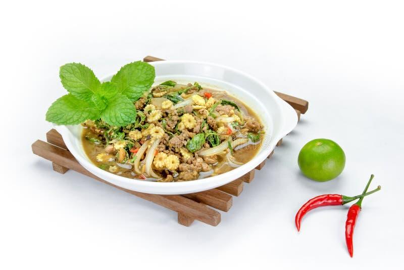 Ανακατώνω-τηγανισμένοι χοιρινό κρέας και βασιλικός στο υπόβαθρο, ταϊλανδική κουζίνα στοκ εικόνα με δικαίωμα ελεύθερης χρήσης