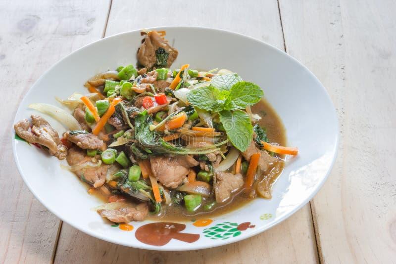 Ανακατώνω-τηγανισμένοι χοιρινό κρέας και βασιλικός, ταϊλανδική κουζίνα στοκ εικόνα