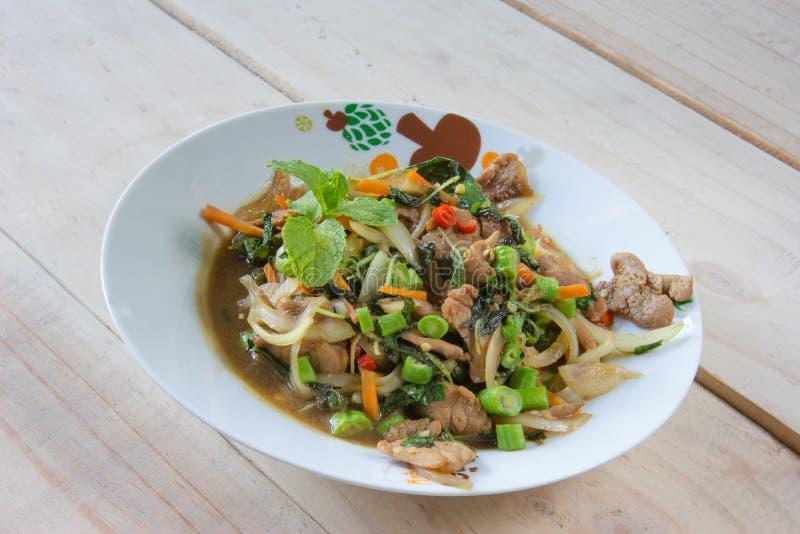 Ανακατώνω-τηγανισμένοι χοιρινό κρέας και βασιλικός, ταϊλανδική κουζίνα στοκ εικόνες με δικαίωμα ελεύθερης χρήσης