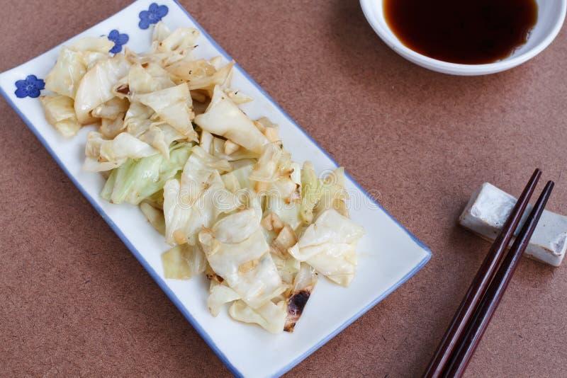 Ανακατώνω-τηγανισμένο λάχανο με τη σάλτσα ψαριών στοκ εικόνες